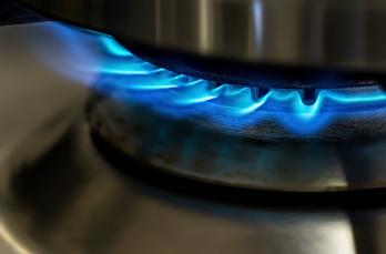 Gas hob with blue flame